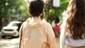 後面觀點的婦女並行走Omotesando 40183276