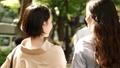 後面觀點的婦女並行走Omotesando 40183277