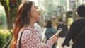 거리 (안)에서 스마트 폰으로 음악을 듣고 여성 오모테 산도 40296435