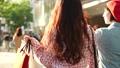 女性 友達 歩くの動画 40313612
