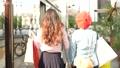 後面觀點的走在城市的婦女通過購物 40313613
