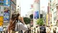 渋谷駅前でスマホで通話する女性 後ろ姿 40581177