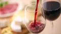 赤ワインを注ぐ 40645142