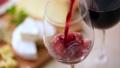赤ワインを注ぐ 40645143