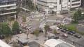 2015年9月30日:日本京都車站前,行人及車輛等待交通號誌並穿越十字路口。(Full HD 超高畫 40715147
