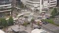 2015年9月30日:日本京都車站前,行人及車輛等待交通號誌並穿越十字路口。(Full HD 超高畫 40715148