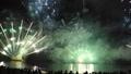 福井 敦賀 気比海岸 とうろう流しと大花火大会 花火大会を見物する人々 40751252