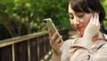 ผู้หญิงฟังเพลงในสมาร์ทโฟน 40816614