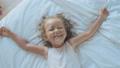子供 笑う 横たわるの動画 40835089