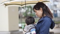 雨天 赤ちゃん 抱っこの動画 41000471