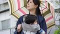 雨天 赤ちゃん 抱っこの動画 41000476
