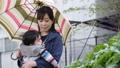 雨天 赤ちゃん 抱っこの動画 41000477