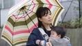 雨天 赤ちゃん 抱っこの動画 41000479