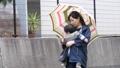 雨天 赤ちゃん 抱っこの動画 41000484