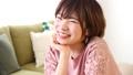 女性 頬杖 幸せの動画 41112534