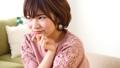 女性 頬杖 幸せの動画 41112539