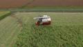 稲刈り コンバインを運転する男性 イメージ ドローン撮影 41165401