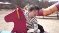 公園で遊ぶこども 41375103