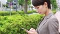 スマートフォンを操作する女性 手持ち撮影 41472046