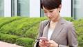 スマートフォンを操作する女性 手持ち撮影 41472047