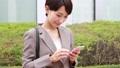 スマートフォンを操作する女性 手持ち撮影 41472048