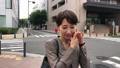 スマートフォンで通話する女性 30代 ビジネスウーマン 移動撮影 41491223
