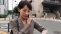 スマートフォンで通話する女性 30代 ビジネスウーマン 移動撮影 41491225