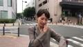 スマートフォンで通話する女性 30代 ビジネスウーマン 移動撮影 41491226