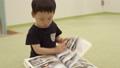 幼児が本を読む 41523942