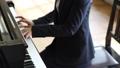 ピアノを弾く先生 41666356