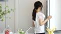 ผู้หญิงที่เปิดตู้เย็น 41694909