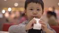 幼児ストローで紙パックのジュースを飲む 41867645