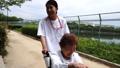 車椅子に乗っているシニア女性と介護士 41892085