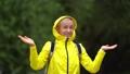 女性 下雨 雨 41923451