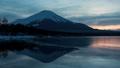富士山在晚上從部分冷凍的山中湖出發(Panning) 42087599