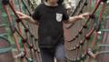 幼児が吊り橋を渡る 42112147