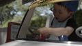 遊園地の自動車で遊ぶ子供 42113187
