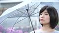 梅雨 雨 女性の動画 42603772