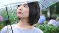 梅雨 雨 女性の動画 42603777