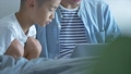 お父さんと息子 部屋でパソコン  42814701