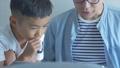 お父さんと息子 部屋でパソコン  42814702