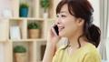 電話する女性  手持ち撮影 43035232