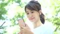觀看智能手機的婦女戶外 43092081