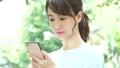 觀看智能手機的婦女戶外 43092082
