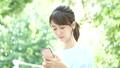 觀看智能手機的婦女戶外 43092087