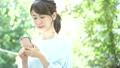 觀看智能手機的婦女戶外 43092088