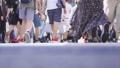 渋谷スクランブル交差点を歩く人々の足元 43301117