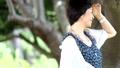 美麗的婦女華爾茲在樹下在海旁邊 43366845