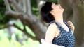 美麗的婦女華爾茲在樹下在海旁邊 43366846