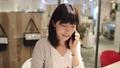 女人在會議室裡打電話 43751229
